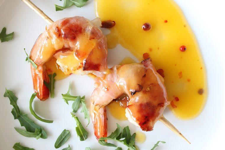 Krevetės su vytintu kumpiu ir aštriu mango padažu
